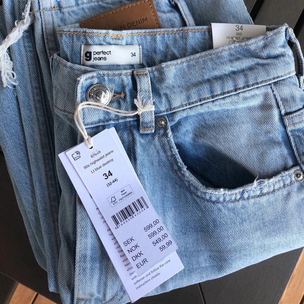 Säljer nu dessa slutsålda och populära jeans från Gina Tricot då de är för långa på mig. Helt nya med prislappar kvar. Budgivning privat. Startbud 450kr. Köpare står för frakt.☺️ . Jeans & Byxor.