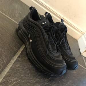 Säljer dessa svarta fina Nike air Max 97 då dom inte kommer till användning, dom är inköpta för 1500 men kände inte att dom var min stil så inte använt dom så mycket tyvärr, finns en skada på ena snöret (se bild) men de inget man tänker på alls, finns att hämta i Lingbo möjligtvis mötas i Gävle men annars betalar köparen för frakt!🥰
