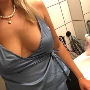 Topp/linne i en superfin ljusblå färg i satinliknade material. Lite svår att ta bild på🤡