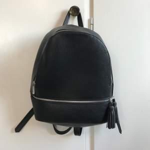 Svart liten ryggsäck från Asos. Jätte praktisk, och inte lika stor och klumpig som en stor ryggsäck.