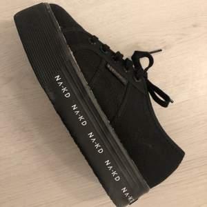 Super snygga och aldrig använda nakd x Superga skor. Aldrig använda då de tyvärr är förstora:(. Original priset: 699