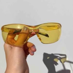 Solglasögon, relativt bra skydd mot solen, möter helst upp i Stockholm