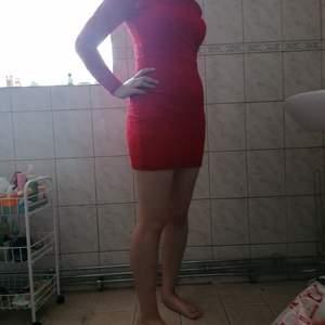 Jättefin klänning i spets, röd och tajt. Säljes eftersom ärmarna sitter för tajt för mig med M och den är XS. Ganska bra skick, använd några gånger. Hund och katt finns i hemmet. 100kr + frakt
