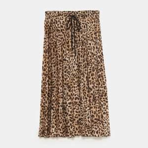 Helt ny och oanvänd kjol från Zara med prislapp kvar! Storlek 38 dock lite tajtare