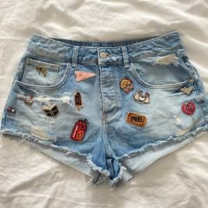 Supersöta och originella jeansshorts med patches och pins från Zara. Strl 38. Säljes för 100kr eller budgivning om flera är intresserade.