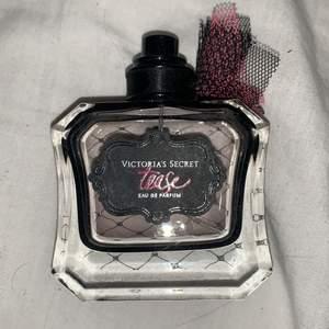 Parfym från Victorias secret, tease. Hälften kvar nypris ca 600-700. Finns box