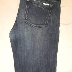 michael kors jeans som är 28 i storleken.  Skick 8/10 väldigt fina.