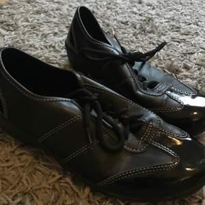 Ett par svarta skor i strl 39. Har knappt blivit använda. Vet inte vad för slags sko det är men liknar lite bowlingskor. 40+ frakt😊