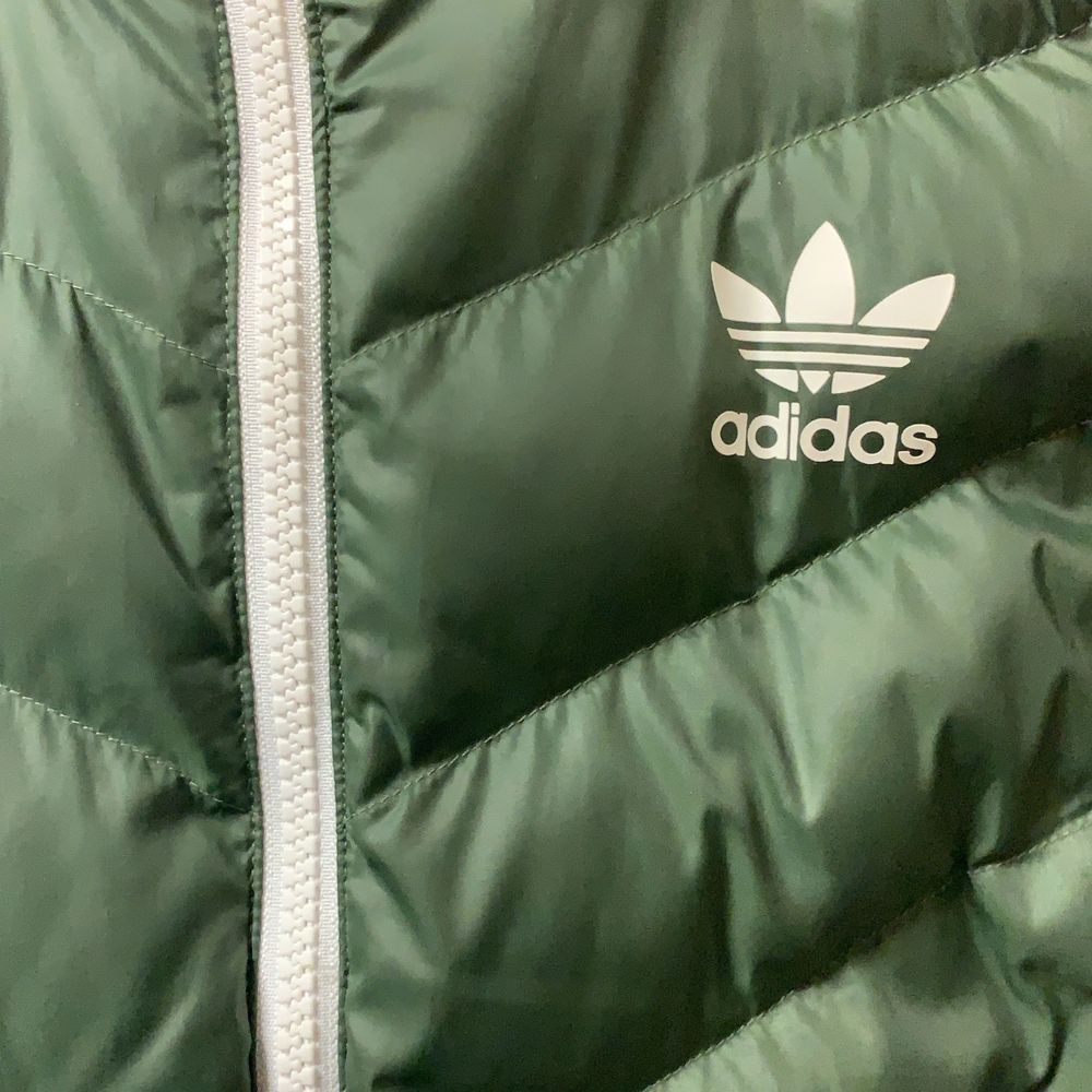 En grön adidas jacka i storlek 38, bra skick. Jackor.