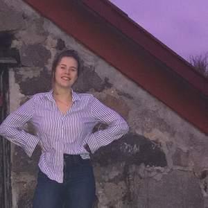 Säljer min blårandiga skjorta från Gina tricot i storlek 36. Den är skitsnygg men kommer tyvärr inte till användning !😊😊