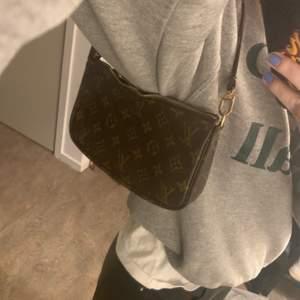 Vintage Louis Vuitton pochette väska i fair skick. Draget till dragkedjan saknas men inget som stört mig (går alltså fortfarande att stänga!!!) , den har en liten buckla i kanvasen men inget märkbart. väskan är tillverkad i Frankrike runt 2001, självklart äkta!