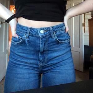Supersköna mörkblåa jeans från Gina Tricot i storlek 34. Jag säljer dom då dom inte kommer till andvändning längre. Har andvänt dom ca tre gånger och dom är i bra skick. Säljer dom för 80kr + frakt!