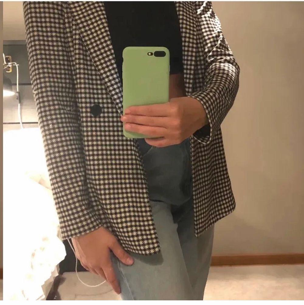 Fin blazer passar storlek xs-s, kan säkert passa m också men då sitter den lite tajtare skulle ja tro. Väldigt fint skick. Knappt använd💗 du står för frakt.(lånat bilderna från en annan tjej som säljer likadan). Kostymer.