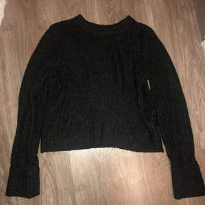 en fin mörkgrå stickad tröja. I strl s. Den har sydda uppvikta armar. Det är mönster i stickningen som man ser på bild två. Säljer den för 50kr!!!💞❤️💞😊✨💗✌🏻