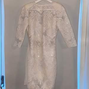 Färg: Vit. Säljer min fin och elegant klänning som är oanvänd!