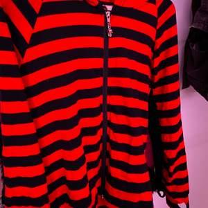 skitcool svart o röd randig zip hoodie, den är ganska tunn och suuuperskön😆😆storlek M men passar även mig som har XS/S! pris kan diskuteras!!