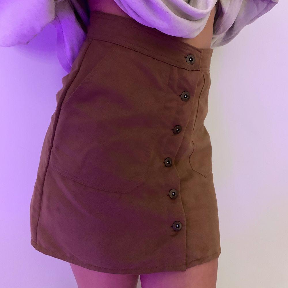 Superfin brun läder kjol!! Använd sparsamt så den är i mycket bra skick, hör av er vid intresse😊. Kjolar.