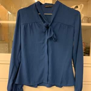 Blå blus i nya skick från MQ. Aldrig använd säljer pga för liten.