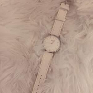 En klocka med vitt fakeläderband och vit urtavla. I fint skick och fungerande batteri. Köpare står för frakt på 11kr. ✨