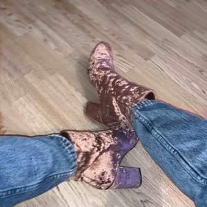 Super balla boots ifrån Nelly i rosa velour! Använda 2 gånger, jättebra skick. Köparen står för eventuell frakt, alltid spårbar frakt📦