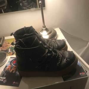 Super snygga skor från & Other Stories som nästan aldrig är använda och i super skick! Skorna kostar 1450 kr i butik!