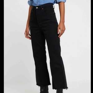 Svarta Cropped Flare Jeans från Zara🖤 Har endast testat de så de är nya! Innerbenslängden är 68cm🥰