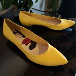 Klackskor från Vagabond i vårens nya innefärg 💛Sparsamt använda, säljer då de suttit för länge i min garderob oanvönda. Stilrena skor som passar lika bra till vardags som till fest! 😊