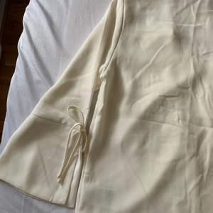 Säljer en oanvänd vit blus ifrån H&M med prislappen kvar! Vill ni ha fler bilder så får ni gärna höra av er, köparen står för frakten🌷