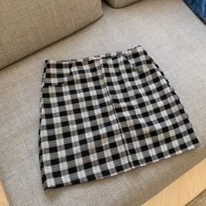 Supersöt rutig kjol från Pull and Bear. Använd 1 gång. Frakt tillkommer