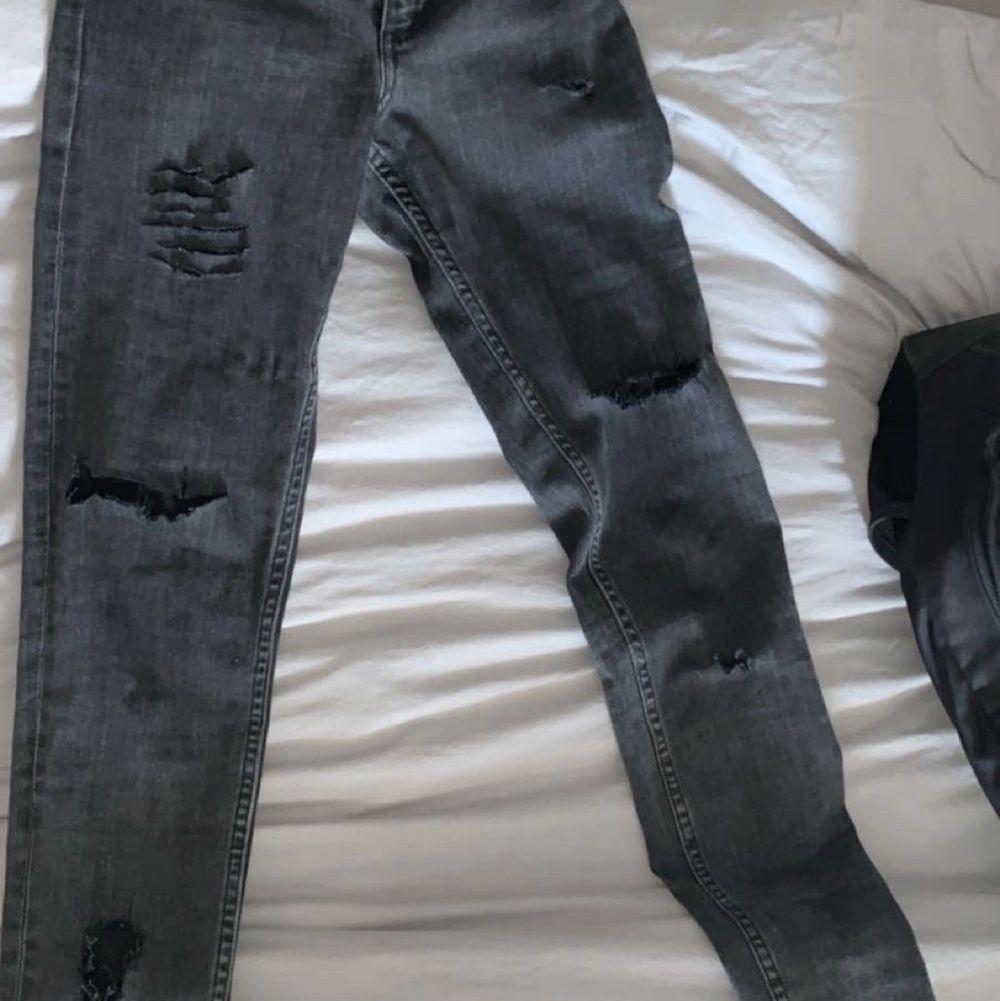 Storlek 27/32 använda 2 ggr har gjort hållen själv         150kr + frakt . Jeans & Byxor.