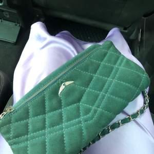 Säljer min jätte fina unika Zadig et Voltaire väska, har inte sett nån annan med en likadan och har fått jätte mycket komplimanger för den!🌸💕så fin till sommaren, båda band ingår, öppen för bud osv, kan skcika fler bilder😁andra bilden visar färgen bäst😛😛