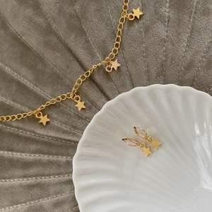 Stjärnörhängen i guldfärg ✨ nickelfria! Frakt 11 kr. Finns flera stycken. Fler modeller på insta: Moon.jwlry 🌙