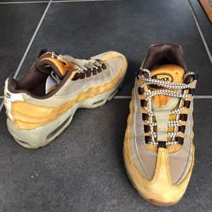 Ett par ovanliga adidas Nike 95or som är köpte för 1699kr. De är inte använda så mycket eftersom de är ganska små i storleken, skulle säga mer 38/39 än 40 som det står. . Fraktar gärna men kan annars mötas i lund/Malmö. Skicka för fler bilder/frågor:))