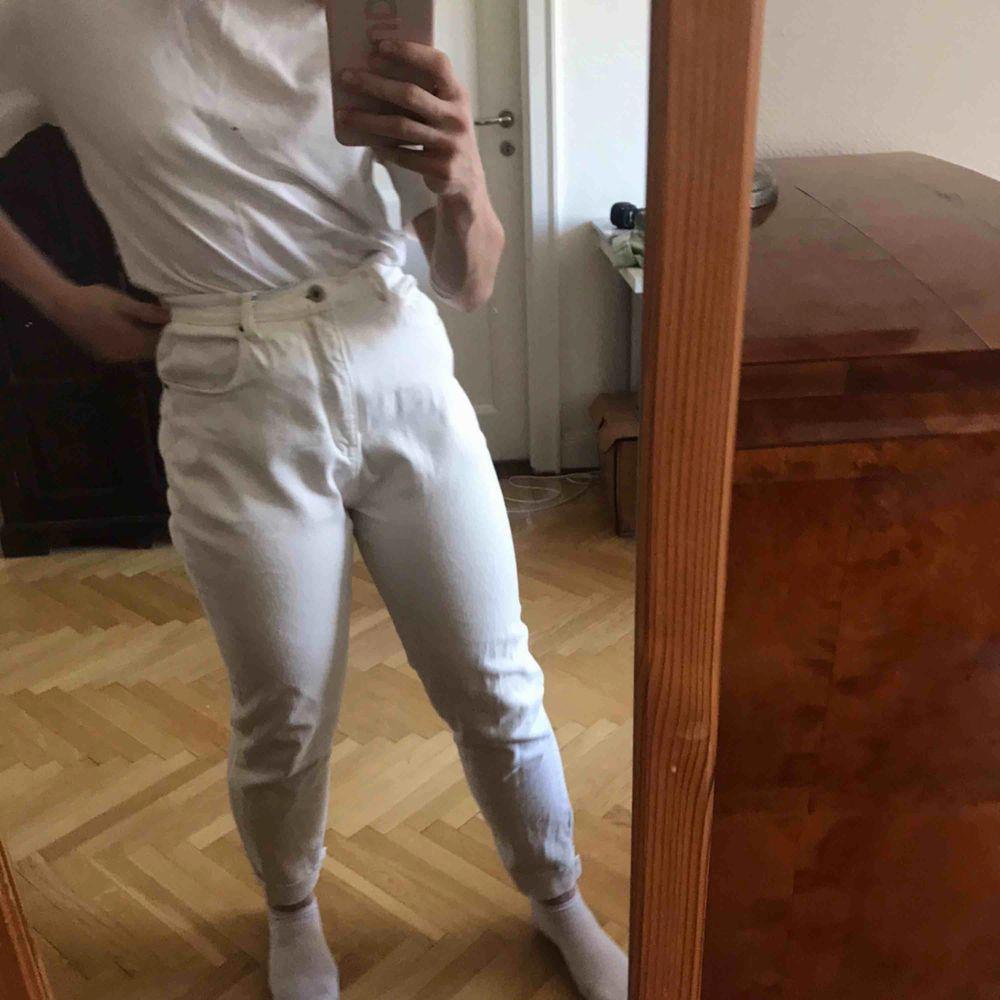 Vita mom jeans som är lite stretchiga. Bra skick. Köparen står för frakten. Kan även mötas upp i Stockholm.. Jeans & Byxor.