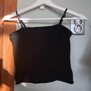 Svart linne som ja klippt av själv till en crop-top. Dock fin kant. 💗Frakten ingår i priset!💗