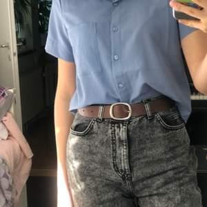 Somrig halv-croppad blå skjorta. Aldrig använd. Tunnt och luftigt tyg. Frakt 20kr, frakten är inkluderat i priset🥰 köparen står alltså för frakten