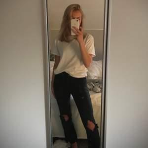 Croppade jeans med slitningar på knäna💕från dr denim men har gjort om dem lite🧚🏼♀️ jag är 162cm som längdreferens