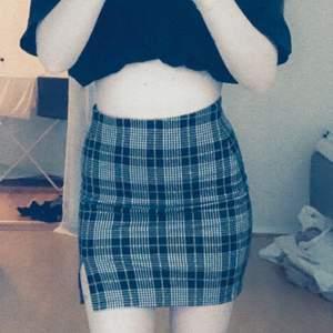 en vääldigt snygg kjol från ginatrocot, storlek xs. små gula detaljer. frakt tillkommer🥰