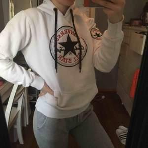 Superfin Converse hoodie! Säljer pga att jag slutat använda hoodie överlag. Har en liten fläck men inget som man tänker på. Du står för frakt☺️