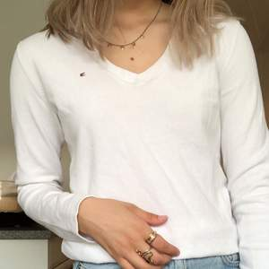 Jättejättefin långärmad Tommy Hilfiger tröja, i toppenskick och sparsamt använd! Älskar den men används sällan tyvärr, frakt tillkommer! Storlek XS!💞💞