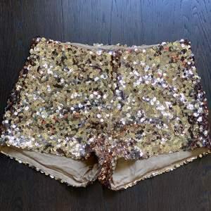 Fin shorts till sommaren i guld. Använda ett fåtal ggr men fin skick.