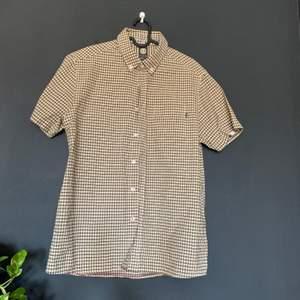 Skjorta med märket element! Oversized storlek S och passar mig som brukar ha M-L! 100kr inklusive frakt  👁👁