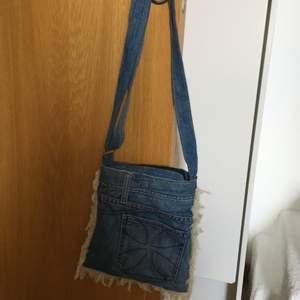 Cool jeansväska som är gjord på använda jeans! Köparen står för frakt om man inte kan mötas upp i Stockholm