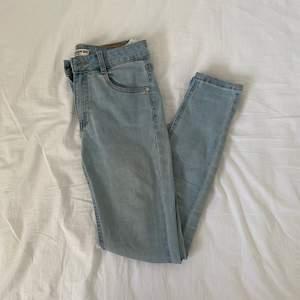 Ljusa, skinny jeans från pull and bear i fint skick i strl 36🌸 Jeansen har fickor o dragkjedja som gylf💗 50kr