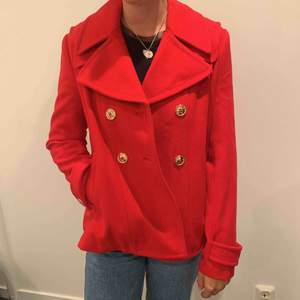 Röd kappa i märket Juicy Couture. Aldrig använd kan gå ner i pris vid snabb affär. Frakt tillkommer.