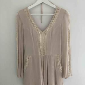 Specialbeställd vacker jumpsuit i fin kvalite från liten skräddare/butik i Miami. Använd ett fåtal gånger, NYSKICK, säljes pga utomlandsflytt.   Färg: beige/svag ton av puderrosa