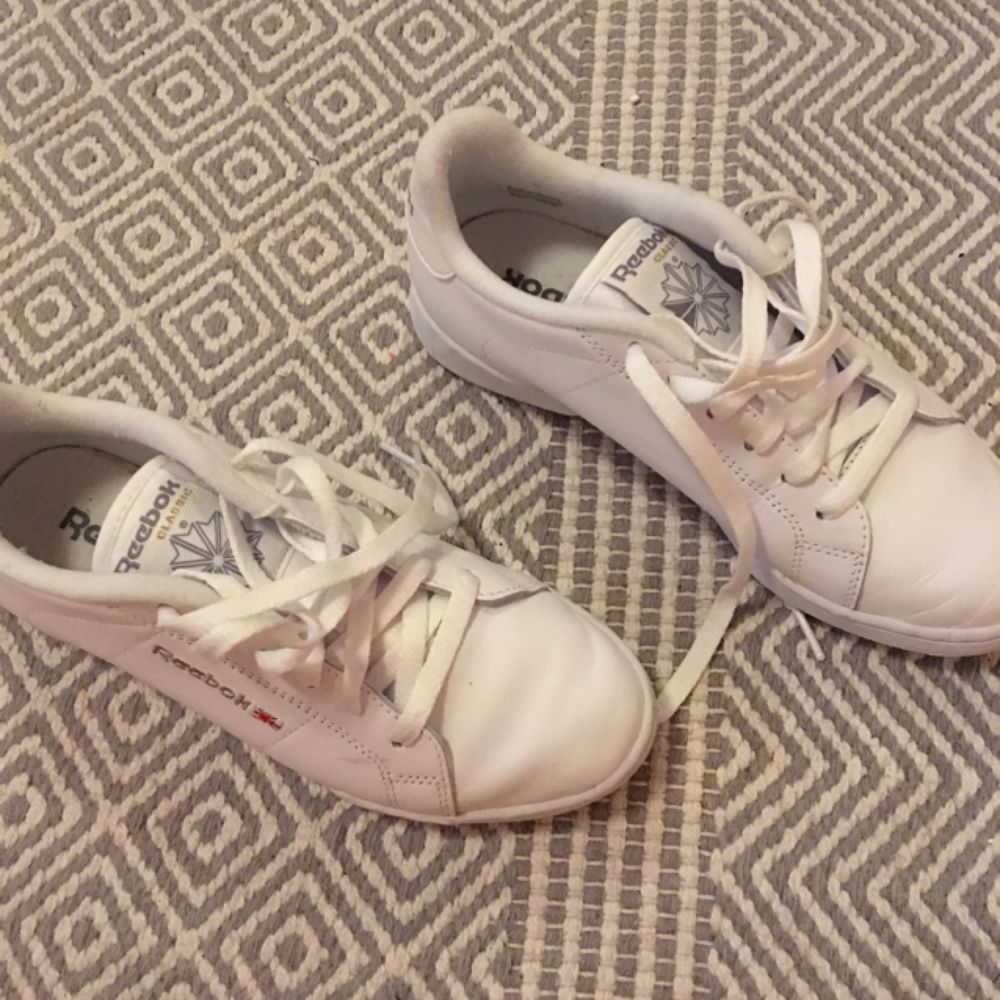 Reebok sneakers som är använda ett fåtal gånger, säljer då det är ngt för stora för mig.  Som en 37,5 ungefär.  I priset inkluderas frakt. Skor.