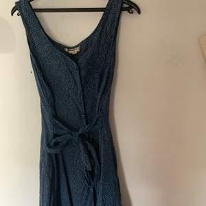 Jättesöt blå klänning med vita prickar 🥰 band för knytning. Andra bilden visar färgen bäst!