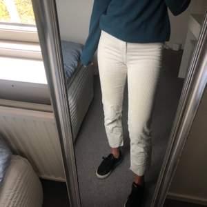Manchester byxor från hm i en creme vit färg. Sparsamt använda och sitter väldigt fint.