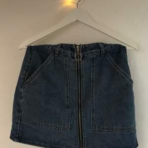 Skitcool jeanskjol med dragkedja och stora fickor från boohoo. Använde några gånger förra sommaren men eftersom den blivit för liten säljer jag nu vidare den. Den är i storlek 36 och i bra skick. Säljer den för 110kr inklusive frakt.